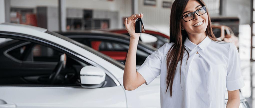 Mujeres manejando sus autos