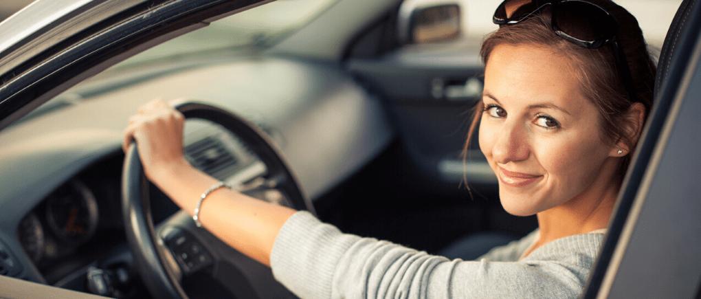 Mujer conductora de Uber.