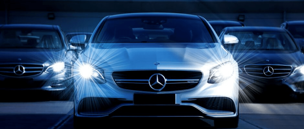 Auto con luces encendidas