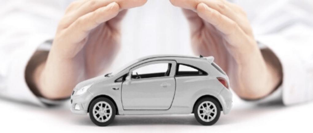 Hombre mostrando un auto a escala