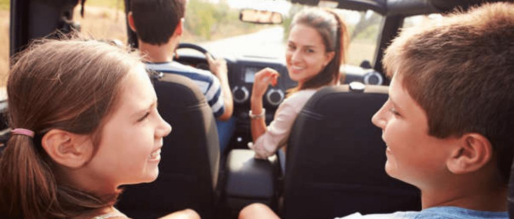 Familia en un auto en la carretera