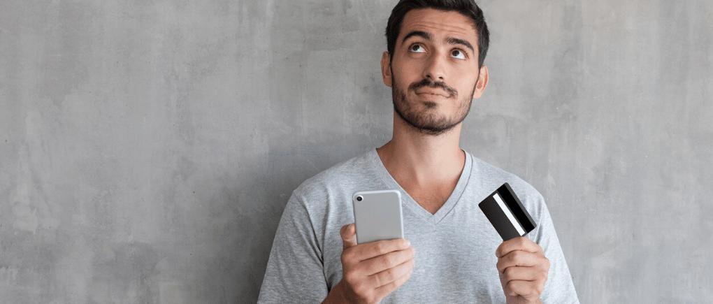 Hombre sosteniendo una tarjeta de rédito
