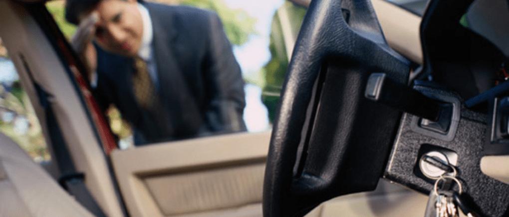 Hombre revisando un automóvil