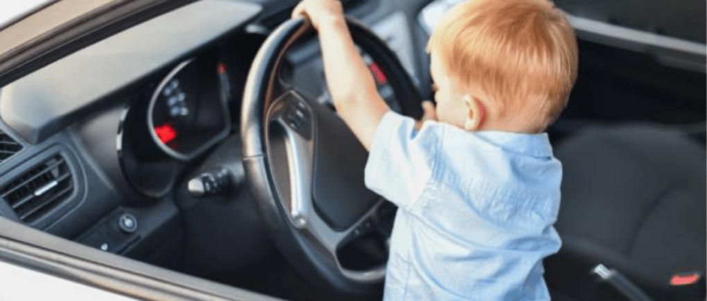 Niño conduciendo un auto