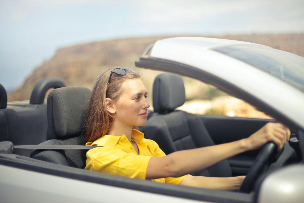 Joven conduciendo su auto