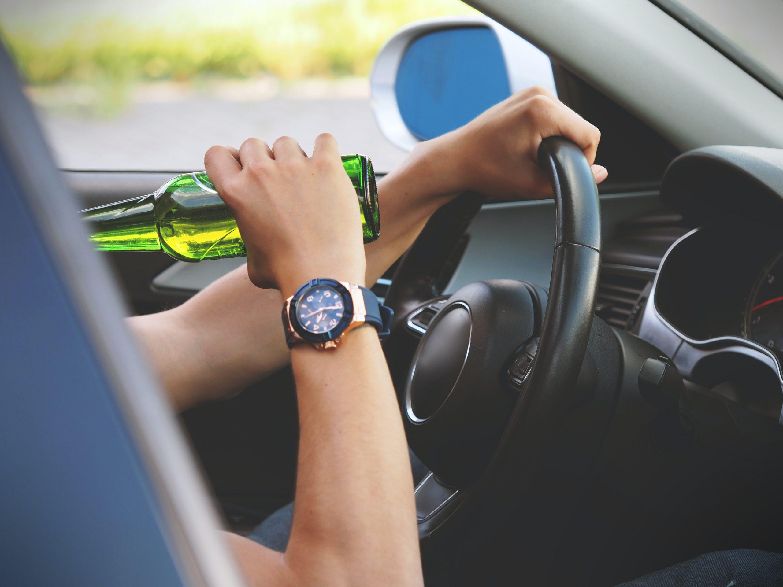 persona tomando y conduciendo