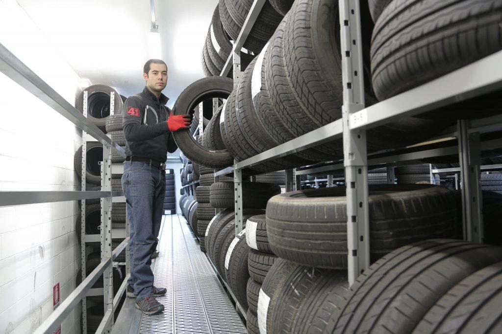 hombre con diferentes neumáticos